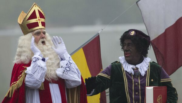 Những người mặc trang phục Sinterklaas và trợ lý Black Peter của ông ta ở thành phố Gada, Hà Lan - Sputnik Việt Nam