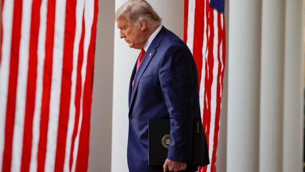 CHÚNG TA. Tổng thống Donald Trump đi bộ xuống hàng rào Cánh Tây từ Phòng Bầu dục đến Vườn Hồng để cung cấp thông tin cập nhật về cái gọi là chương trình Chiến dịch Tốc độ, sáng kiến chung của Bộ Quốc phòng và HHS đã đạt được thỏa thuận với một số nhà sản xuất ma túy trong một nỗ lực để giúp đẩy nhanh việc tìm kiếm các phương pháp điều trị hiệu quả cho đại dịch coronavirus (COVID-19) đang diễn ra, tại Nhà Trắng ở Washington, Hoa Kỳ, ngày 13 tháng 11 năm 2020. - Sputnik Việt Nam