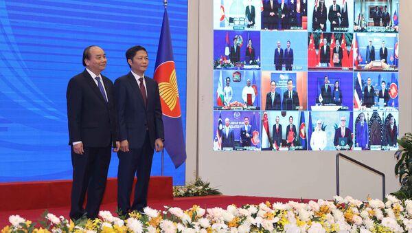 Thủ tướng Nguyễn Xuân Phúc, Chủ tịch ASEAN 2020 và Bộ trưởng Bộ Công Thương Trần Tuấn Anh và các nước tham dự lễ ký - Sputnik Việt Nam