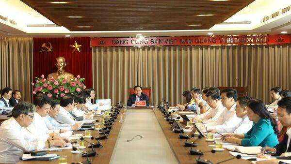 Bí thư Thành ủy Hà Nội Vương Đình Huệ làm việc với Ban Cán sự Đảng UBND Thành phố Hà Nội về định hướng kế hoạch đầu tư công của Thành phố - Sputnik Việt Nam