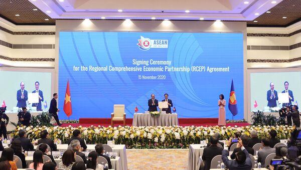 Thủ tướng Nguyễn Xuân Phúc, Chủ tịch ASEAN 2020 chứng kiến Lễ ký Hiệp định Đối tác Kinh tế Toàn diện Khu vực RCEP - Sputnik Việt Nam