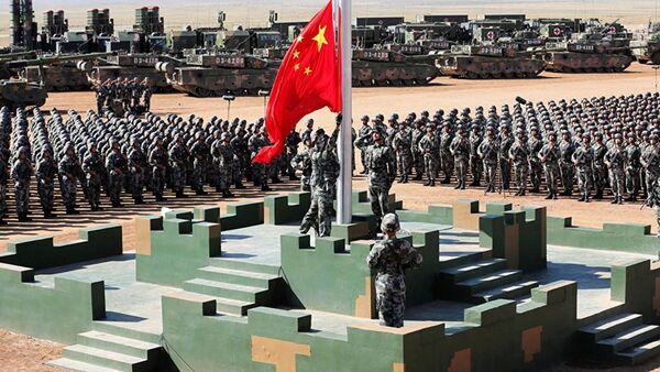 Các binh sĩ PLA cắm quốc kỳ trong cuộc duyệt binh - Sputnik Việt Nam