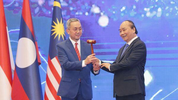 Thủ tướng Nguyễn Xuân Phúc trao chiếc búa gỗ cho Đại sứ Brunei tại Việt Nam-nước giữ vai trò Chủ tịch ASEAN 2021 - Sputnik Việt Nam