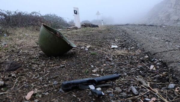 Mũ bảo hiểm bên lề đường ở Nagorno-Karabakh - Sputnik Việt Nam