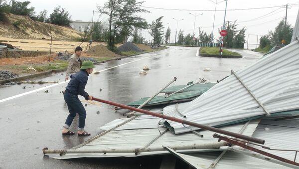 Bão số 13 làm sập đổ mái tôn nhà - Sputnik Việt Nam