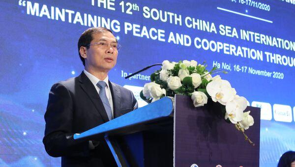 Thứ trưởng Thường trực Bộ ngoại giao Bùi Thanh Sơn phát biểu tại Hội thảo khoa học quốc tế về biển Đông lần thứ 12.  - Sputnik Việt Nam