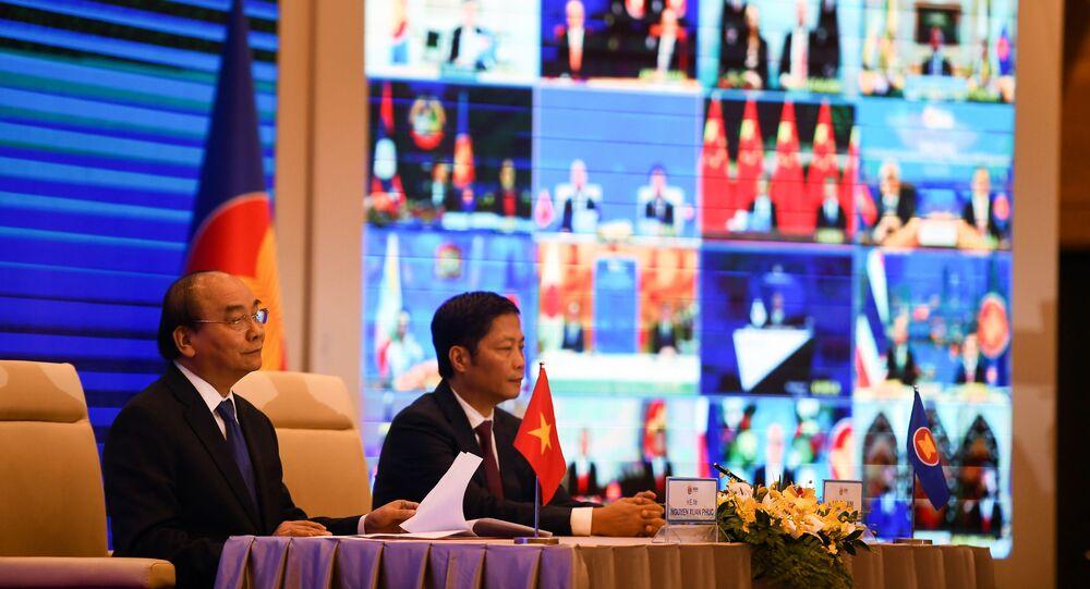 Thủ tướng Việt Nam Nguyễn Xuân Phúc và Bộ trưởng Bộ Công Thương Trần Tuấn Anh tại lễ ký Hiệp định Đối tác Kinh tế Toàn diện Khu vực (RCEP).