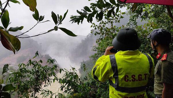Lực lượng Công an giám sát Thủy điện Thượng Nhật mở 5 cửa van để ứng phó với bão số 13. - Sputnik Việt Nam