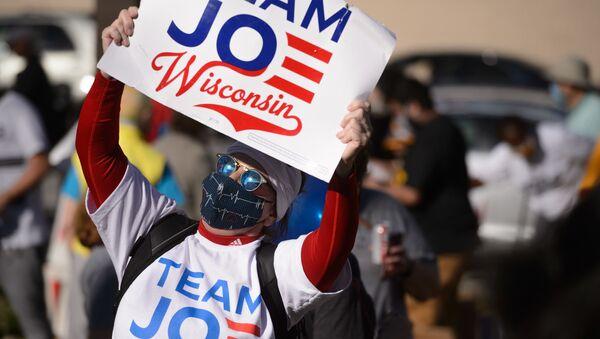 Người tham gia cuộc biểu tình ủng hộ tái kiểm phiếu trong cuộc bầu cử tổng thống ở Wisconsin, Hoa Kỳ - Sputnik Việt Nam