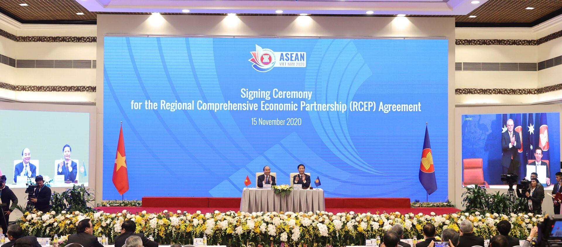 Thủ tướng Nguyễn Xuân Phúc, Chủ tịch ASEAN 2020 cùng các nhà lãnh đạo cấp cao chứng kiến Lễ ký Hiệp định Đối tác Kinh tế Toàn diện Khu vực RCEP.  - Sputnik Việt Nam, 1920, 20.11.2020