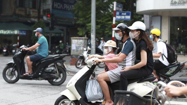Cặp đôi đeo khẩu trang y tế đi xe máy ở Hà Nội, Việt Nam - Sputnik Việt Nam