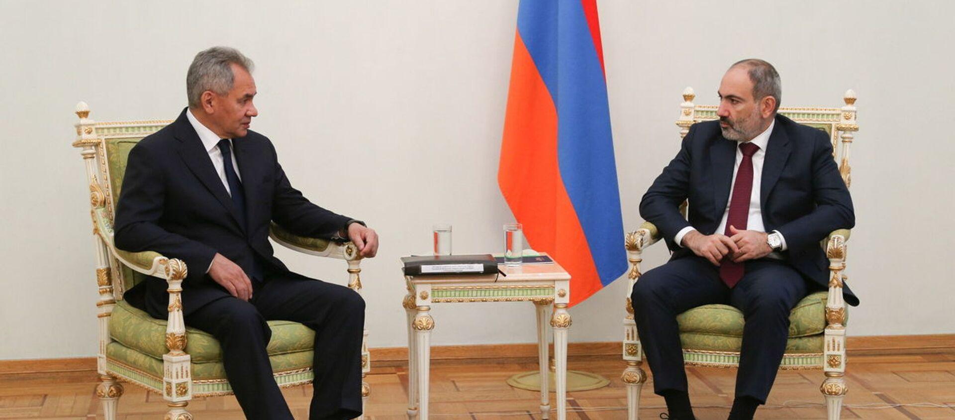 Bộ trưởng Quốc phòng Nga Sergei Shoigu tại cuộc gặp với Thủ tướng Armenia Nikol Pashinyan ở Yerevan, (Armenia). - Sputnik Việt Nam, 1920, 21.11.2020