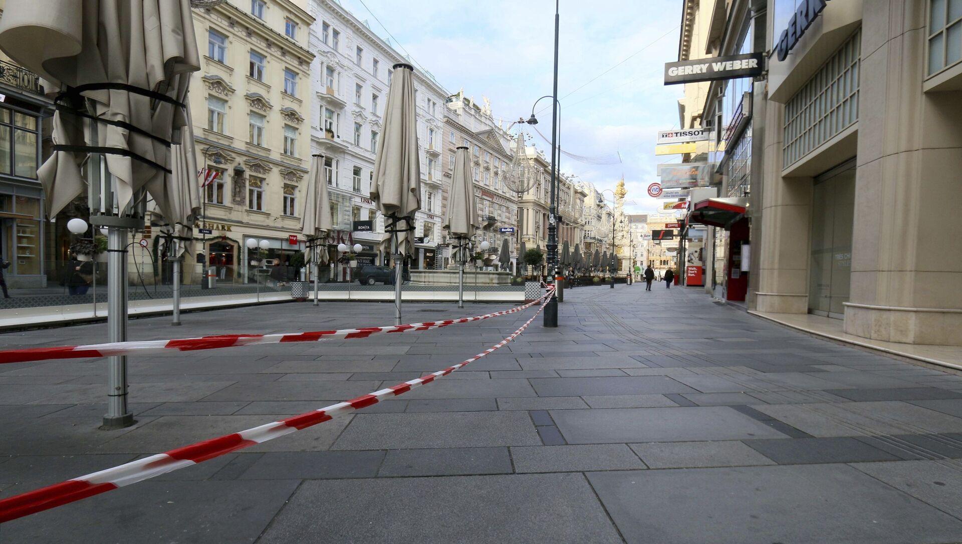 Các quán cà phê tại khu vực dành cho người đi bộ đóng cửa trong giai đoạn cách ly chống dịch ở Vienna, Áo. - Sputnik Việt Nam, 1920, 11.03.2021