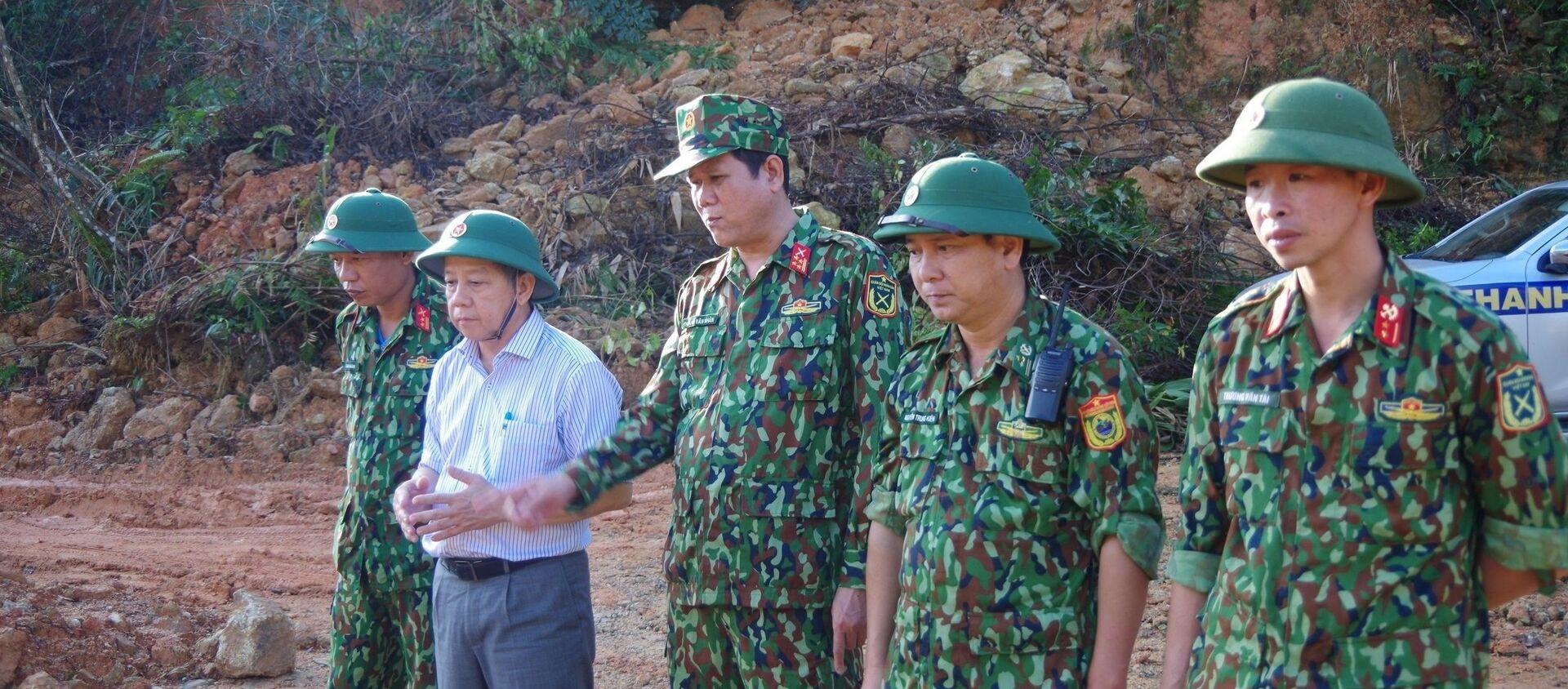 Chủ tịch UBND Thừa Thiên - Huế (áo trắng) kiểm tra công tác cứu hộ tại Thuỷ điện Rào Trăng 3.  - Sputnik Việt Nam, 1920, 22.11.2020
