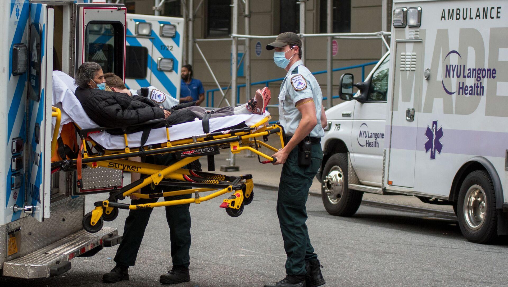 Các nhân viên y tế đã đưa người phụ nữ đến bệnh viện Manhattan ở New York. - Sputnik Việt Nam, 1920, 24.08.2021