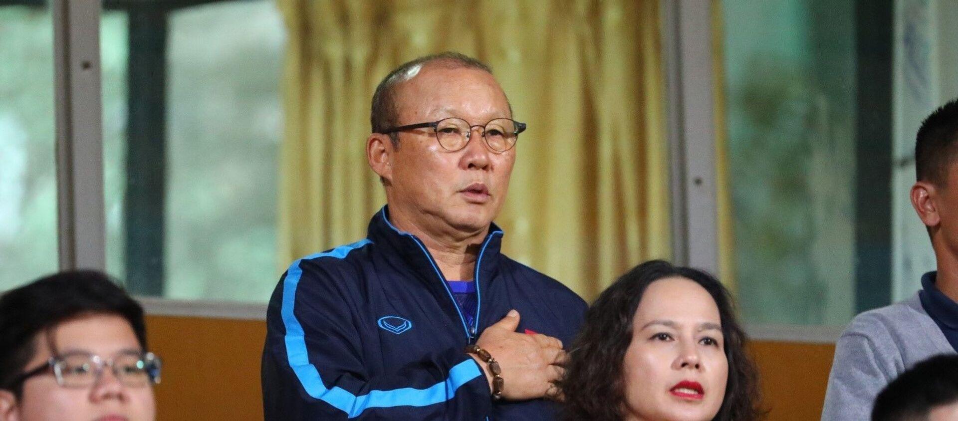 HLV trưởng Đội tuyển bóng đá Việt Nam Park Hang Seo có mặt trên khán đài sân vận động Hàng Đẫy. - Sputnik Việt Nam, 1920, 23.11.2020