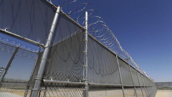 Dây thép gai xung quanh nhà tù ở Mỹ - Sputnik Việt Nam