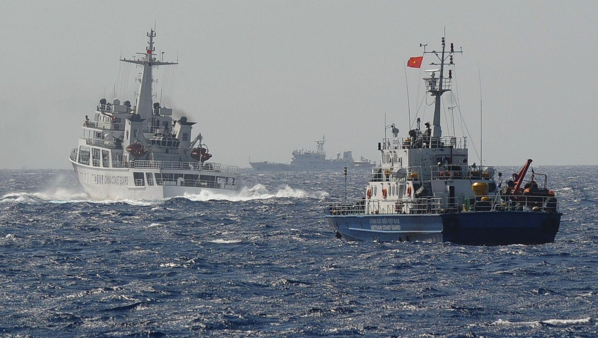 Tàu Cảnh sát biển Việt Nam và Trung Quốc gần vị trí đặt giàn khoan dầu của Trung Quốc trên Biển Đông - Sputnik Việt Nam, 1920, 01.05.2021