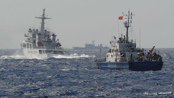 Tàu Cảnh sát biển Việt Nam và Trung Quốc gần vị trí đặt giàn khoan dầu của Trung Quốc trên Biển Đông - Sputnik Việt Nam