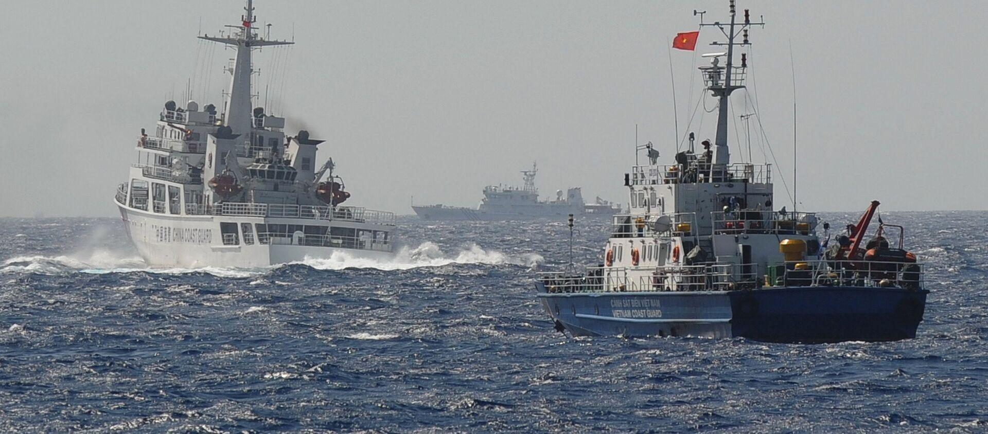 Tàu Cảnh sát biển Việt Nam và Trung Quốc gần vị trí đặt giàn khoan dầu của Trung Quốc trên Biển Đông - Sputnik Việt Nam, 1920, 08.07.2021