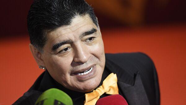 Vẽ trợ lý cầu thủ bóng đá Argentina Diego Maradona trước lễ bốc thăm FIFA World Cup 2018 - Sputnik Việt Nam