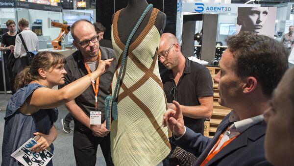 Chiếc váy in 3D được trưng bày trong triển lãm ở Erfurt, Đức. - Sputnik Việt Nam