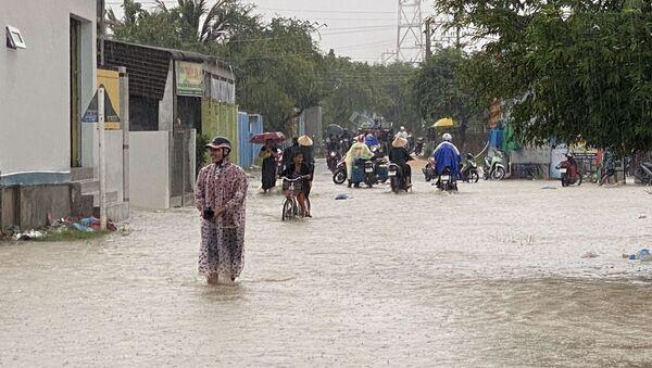 Nước lũ dâng lên đường nối hai xã Phước Nam và Phước Dinh, huyện Thuận Nam - Sputnik Việt Nam