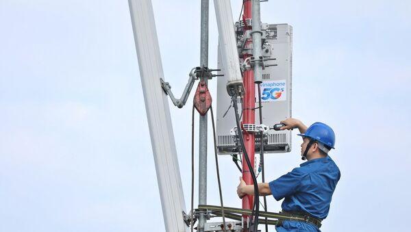 Nhân viên VNPT khẩn trương hoàn thành lắp đặt các trạm phát sóng 5G tại khu vực Hà Nội - Sputnik Việt Nam
