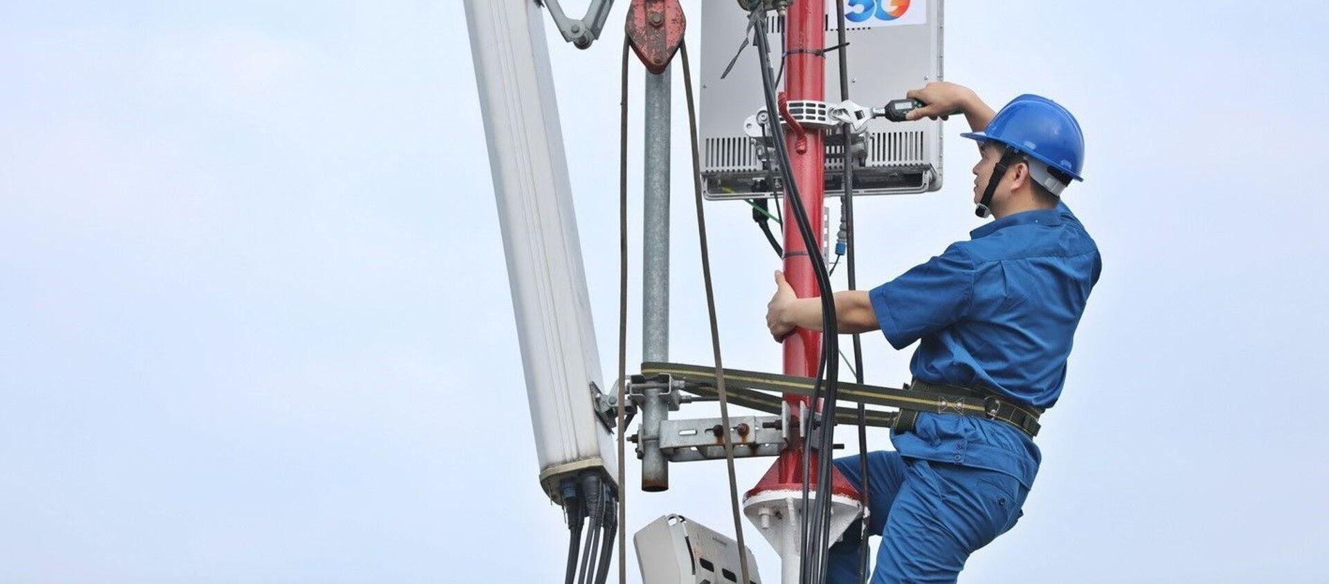 Nhân viên VNPT khẩn trương hoàn thành lắp đặt các trạm phát sóng 5G tại khu vực Hà Nội - Sputnik Việt Nam, 1920, 01.12.2020