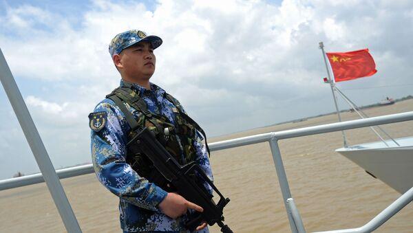 Một người lính Hải quân Trung Quốc trên boong tàu chiến Trung Quốc - Sputnik Việt Nam