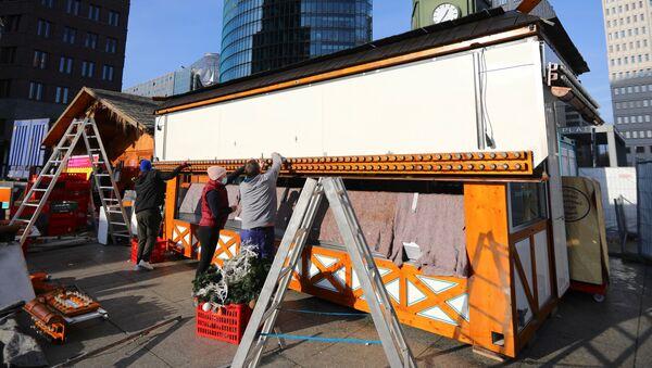 Công nhân tháo dỡ khán đài Giáng sinh ở Berlin. - Sputnik Việt Nam