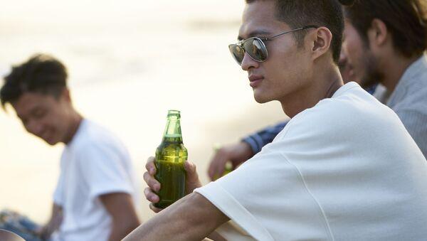 Chàng trai với bia - Sputnik Việt Nam