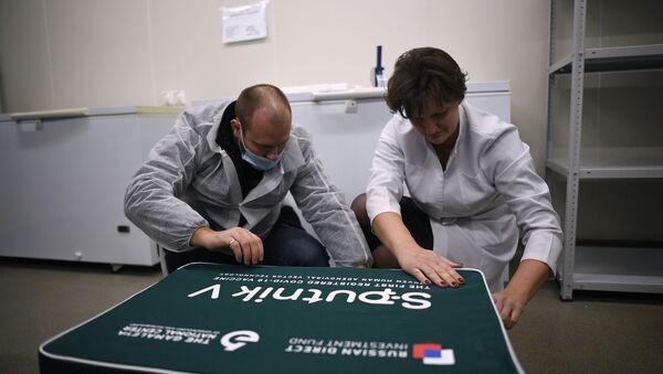 Các nhân viên tại Trung tâm Gamaleya (Moskva) đóng gói vắc xin chống COVID-19 Sputnik V để vận chuyển ra nước ngoài. - Sputnik Việt Nam