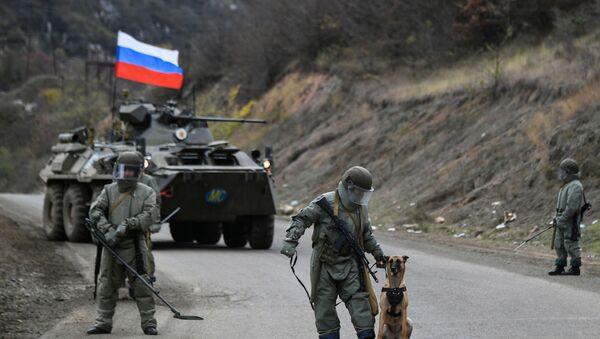 Các chuyên gia của Trung tâm quốc tế về chống bon mìn thuộc Bộ Quốc phòng Nga đang thực hiện nhiệm vụ rà phá bom mìn địa hình ở các khu vực Nagorno-Karabakh - Sputnik Việt Nam