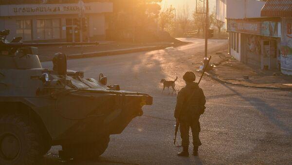 Lực lượng gìn giữ hòa bình Nga trên một trong những đường phố ở Lachin (Berdzor), Azerbaijan. - Sputnik Việt Nam