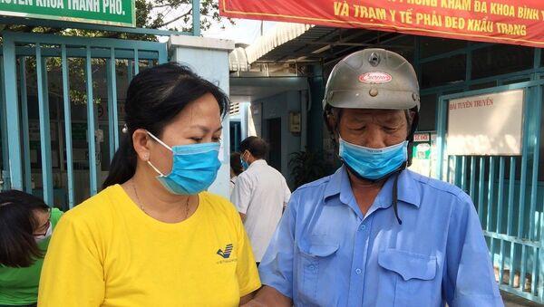 Nhân viên Bảo hiểm xã hội huyện Nhà Bè tư vấn Bảo hiểm xã hội tự nguyện, Bảo hiểm y tế hộ gia đình cho người dân tại khu dân cư. - Sputnik Việt Nam