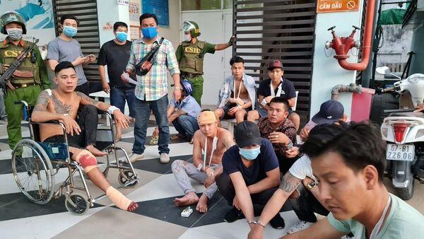 Các thanh niên đi trên xe ô tô 16 chỗ bị chém trọng thương. - Sputnik Việt Nam