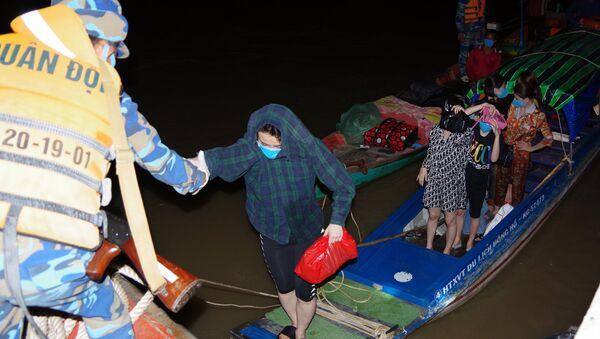 Lực lượng Biên phòng tỉnh Kiên Giang đưa những người nhập cảnh trái phép về đơn vị lấy lời khai. - Sputnik Việt Nam