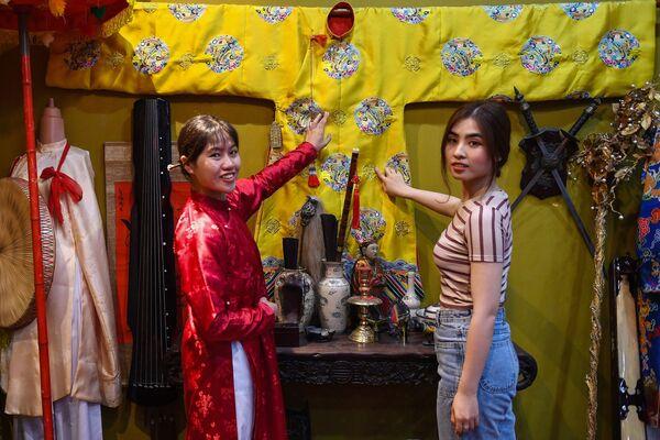 Các cô gái khoe sắc trong Ỷ Vân Hiên - Sputnik Việt Nam