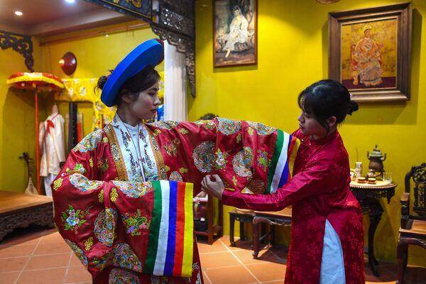 Cô gái trong trang phục trên cơ sở mô-tip truyền thống ở Hà Nội  - Sputnik Việt Nam