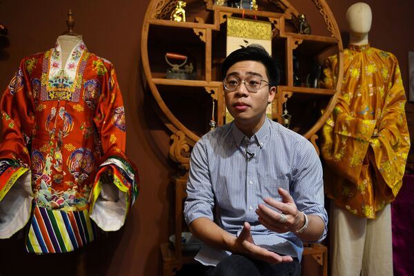 Doanh nhân Nguyễn Đức Lộc, người sáng lập Công ty trang phục truyền thống Ỷ Vân Hiên trả lời phỏng vấn ở Hà Nội  - Sputnik Việt Nam