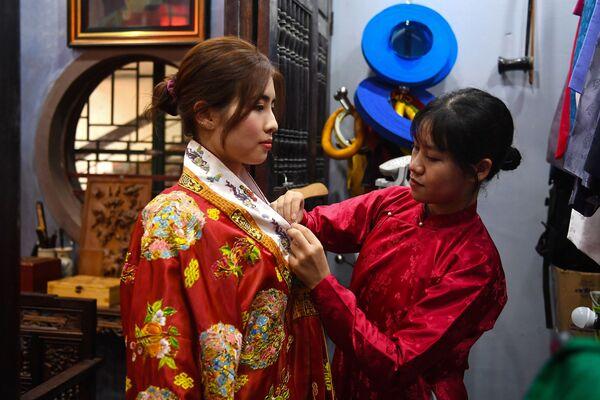 Thử cổ phục trên cơ sở mô-tip truyền thống ở Hà Nội  - Sputnik Việt Nam