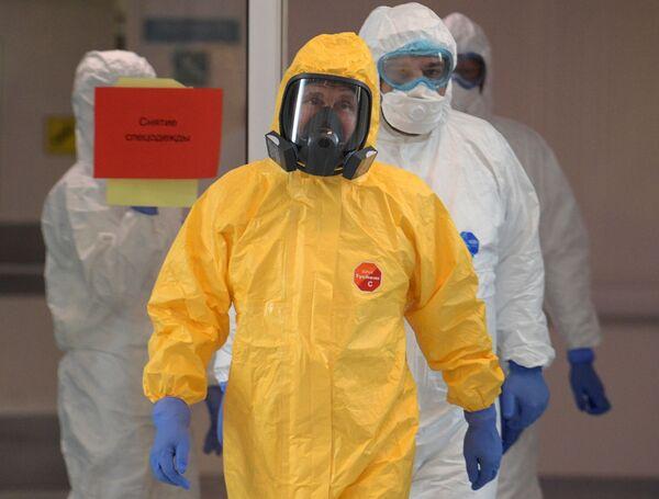 Tổng thống Nga Vladimir Putin trong chuyến thăm bệnh viện điều trị người nhiễm coronavirus ở Kommunarka, Moskva - Sputnik Việt Nam