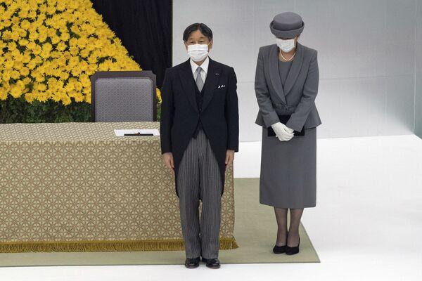 Nhật hoàng Naruhito và Hoàng hậu Masako đeo khẩu trang tại lễ tưởng niệm kỷ niệm 75 năm Nhật Bản đầu hàng trong Thế chiến thứ hai - Sputnik Việt Nam