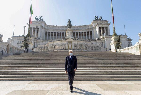Tổng thống Ý Sergio Mattarella đeo khẩu trang bước xuống cầu thang Altare della Patria - Sputnik Việt Nam