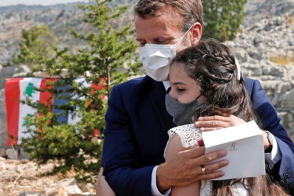 Tổng thống Pháp Emmanuel Macron ôm một nạn nhân vụ nổ trong buổi lễ đánh dấu 100 năm thành lập Li băng tại Khu bảo tồn thiên nhiên Judge Cedars - Sputnik Việt Nam