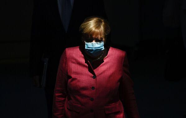 Thủ tướng Đức Angela Merkel đeo khẩu trang bảo vệ - Sputnik Việt Nam