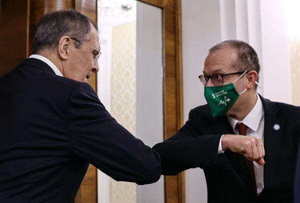 Ngoại trưởng Nga Sergei Lavrov và đại diện WHO tại Nga Hans Kluge tại một cuộc gặp ở Moskva - Sputnik Việt Nam