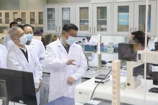 Chủ tịch Trung Quốc Tập Cận Bình trong chuyến thăm Học viện Khoa học Quân y ở Bắc Kinh - Sputnik Việt Nam
