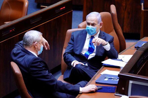 Thủ tướng Israel Benjamin Netanyahu và nghị sỹ Benny Gantz đeo khẩu trang bảo vệ - Sputnik Việt Nam